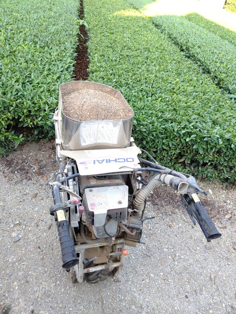 茶畑肥料散布